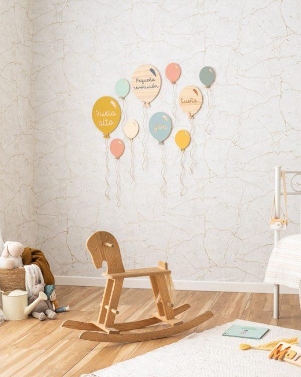 habitacion infantil decorada con globos de madera